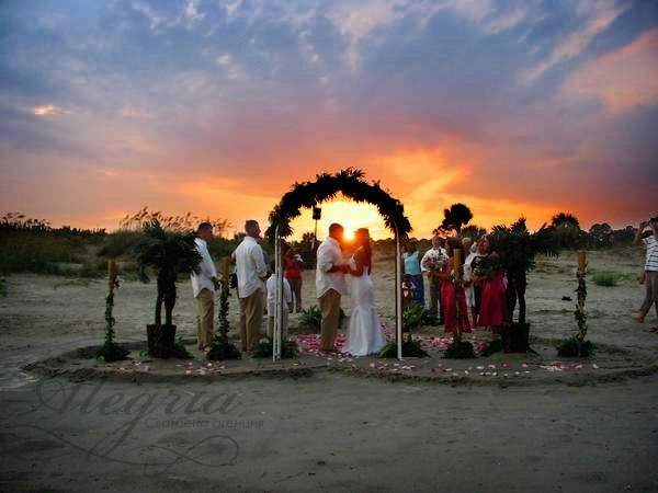 beach-wedding-decoration-at-sunset