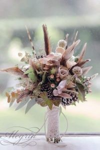 beautiful-wedding-bouquets-with-feathers-cones-leaves-decorated-with-lace-j-e-n-o-w-e-n-s-via-instagram-334x500