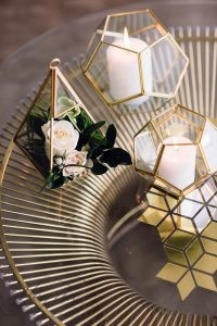 2019-wedding-trends-from-pinterest-metallic-table-and-geometric-decorations-with-flowers-paula-visco-photography