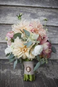 wedding-trends-2019-bridal-bouquet-dahlia-pink-rose-flower-leliascarfiotti