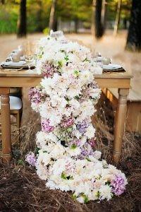 wedding-trends-2019-dahlia-flower-white-blush-pink-lilac-tablerunner-fancy-pants-wedding