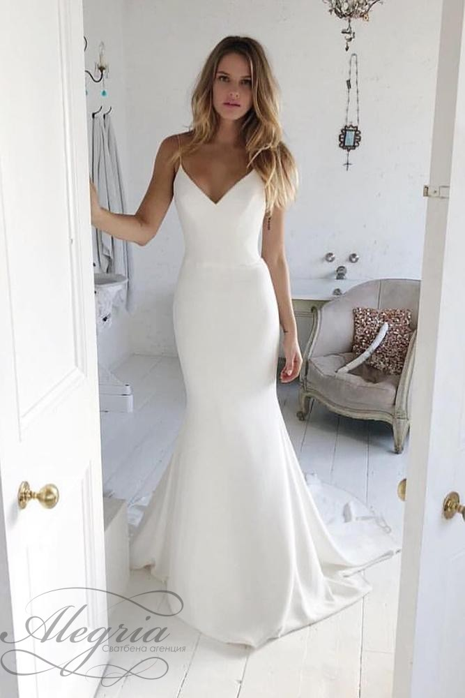 wedding-trends-2019-simple-trumpet-with-spaghetti-straps-for-beach-suzanne-neville