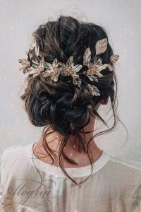 wedding-trends-2019-swept-textured-updo-with-loose-curls-on-dark-hair-with-gold-accessorie-cruzmakeup
